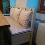 čalouněný sedák na lavici a polštáře